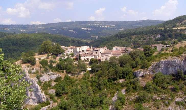 Le village médiéval d'Oppédette garde l'entrée des gorges (Crédits: Elian Gossiome)