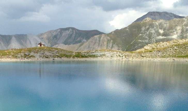 Lac et chapelle Saint-Anne (Crédits : Florian Fauchier)
